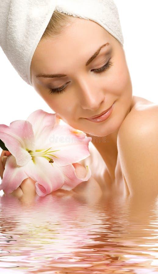 Mulher com lírio cor-de-rosa fotos de stock royalty free
