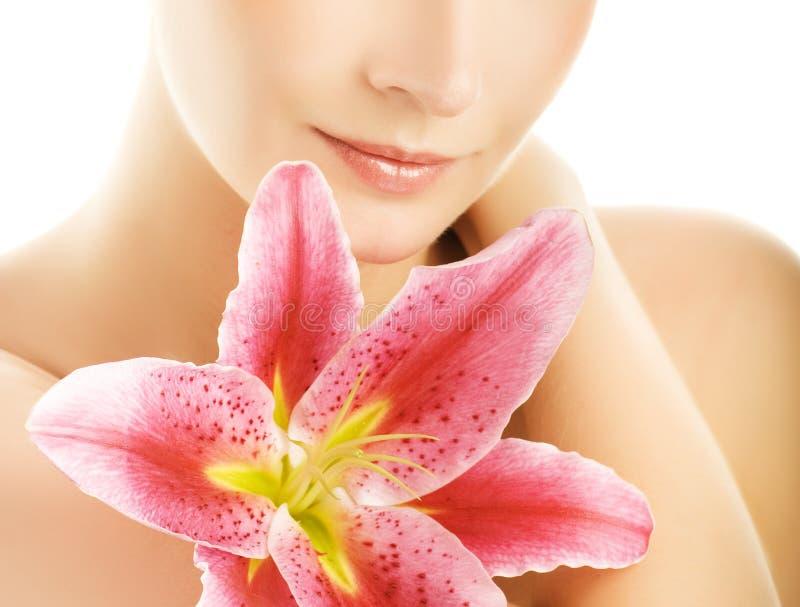 Mulher com lírio cor-de-rosa imagens de stock