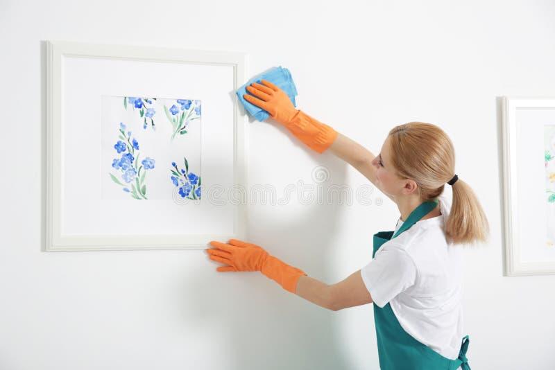 Mulher com limpeza de pano fotos de stock