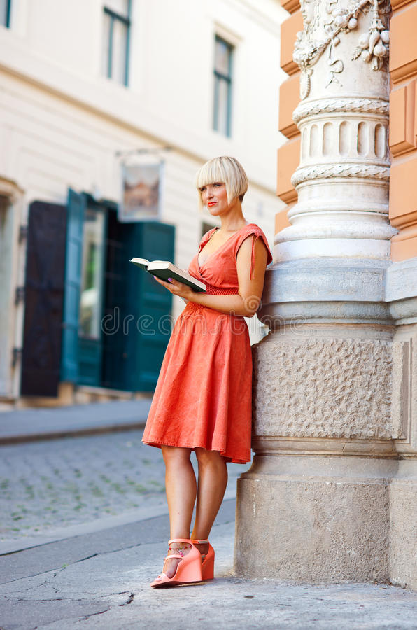 Mulher com livro imagens de stock royalty free