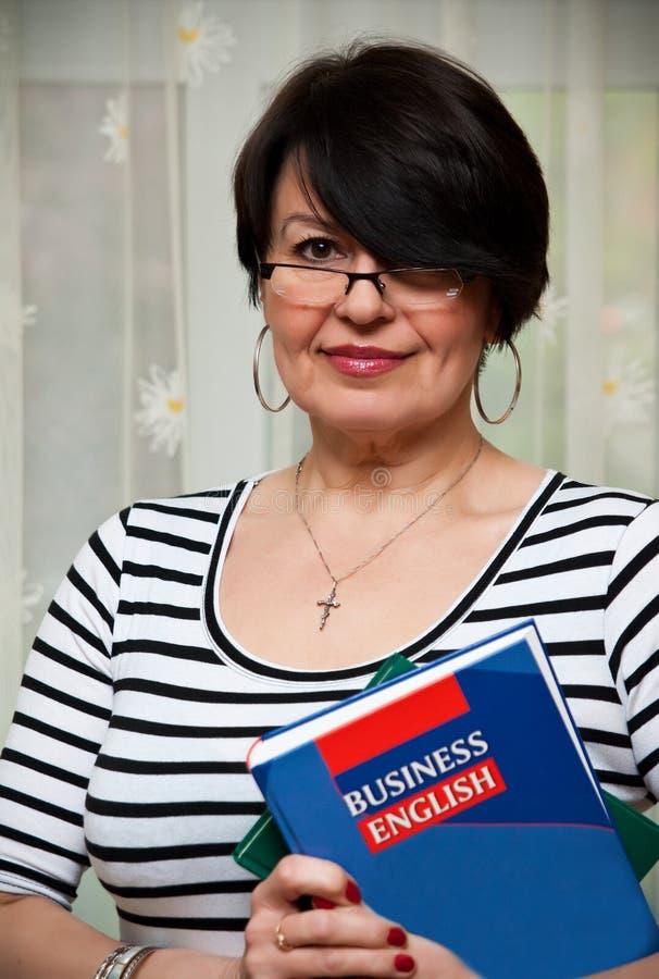 Mulher com livro do negócio fotografia de stock royalty free