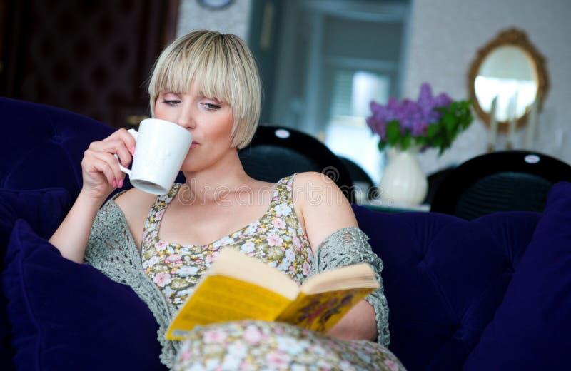 Mulher com livro em casa foto de stock