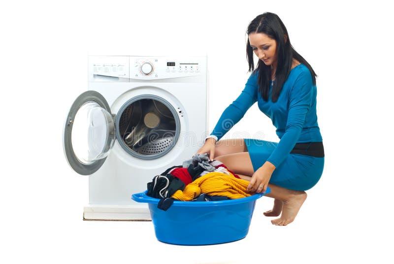 Mulher com máquina de lavar imagem de stock