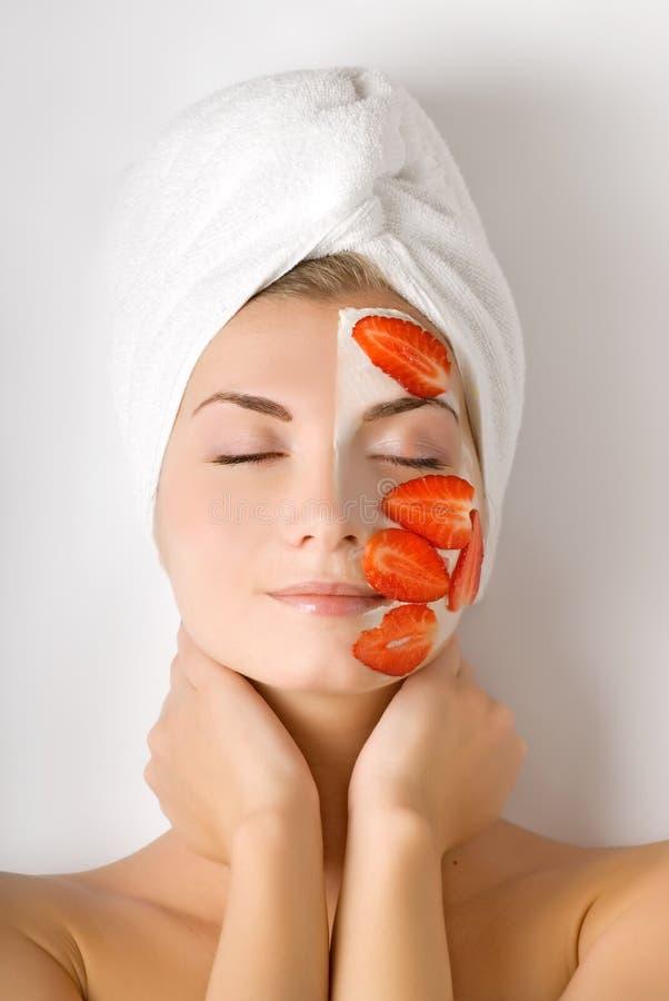 Mulher com máscara da fruta fotografia de stock royalty free