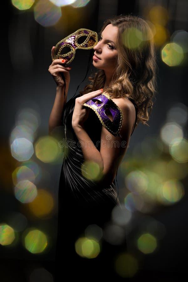 Mulher com máscara do carnaval imagem de stock royalty free