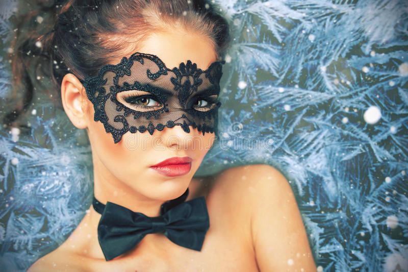 Mulher com a máscara do carnaval que olha a estrela, noite de Natal fotos de stock royalty free
