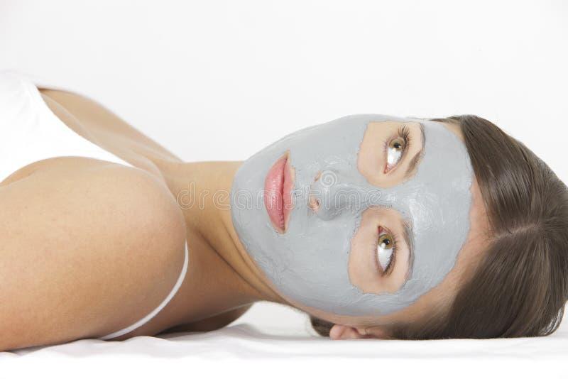 Mulher com máscara facial fotografia de stock