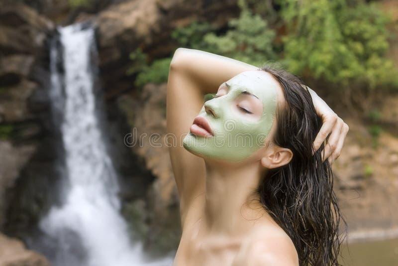 Mulher com máscara facial da argila azul nos termas da beleza (exteriores) imagem de stock