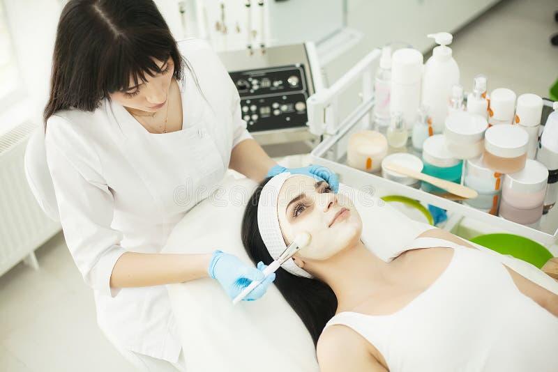Mulher com máscara facial no salão de beleza foto de stock
