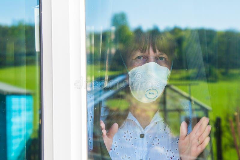 Mulher com máscara médica Quarentena durante a pandemia de Coronavírus imagem de stock royalty free