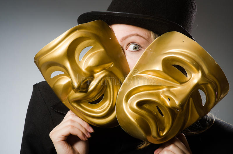 A mulher com máscara no conceito engraçado foto de stock