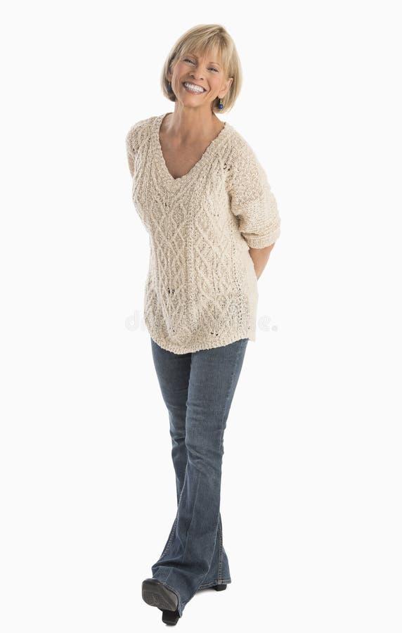 Mulher com mão atrás do passeio traseiro sobre o fundo branco fotografia de stock royalty free