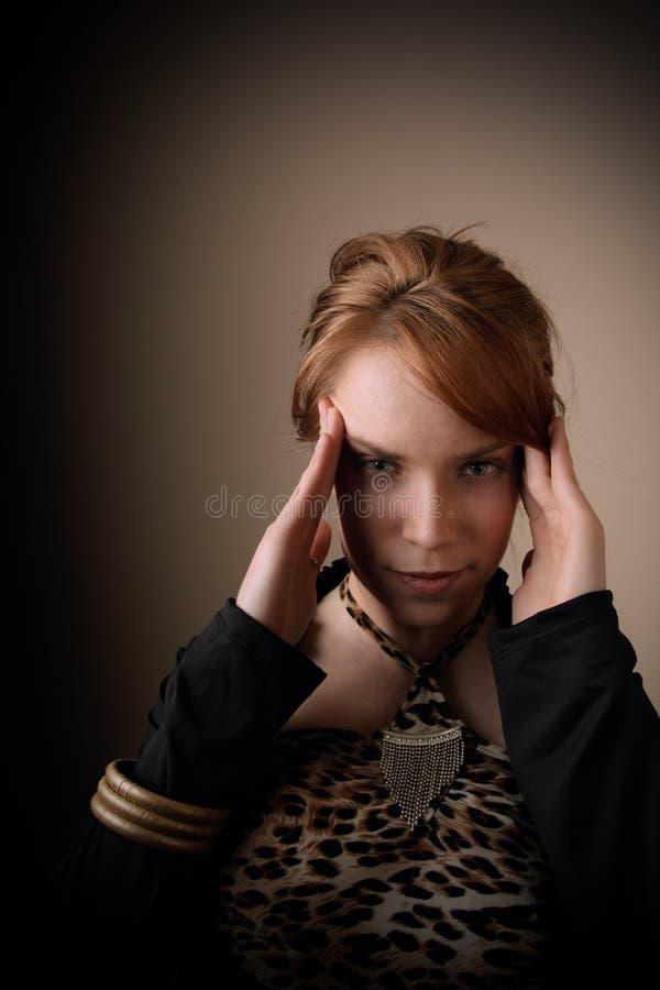 Mulher com mãos na cabeça foto de stock