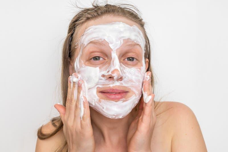 Mulher com m?scara de creme branca natural em sua cara foto de stock royalty free