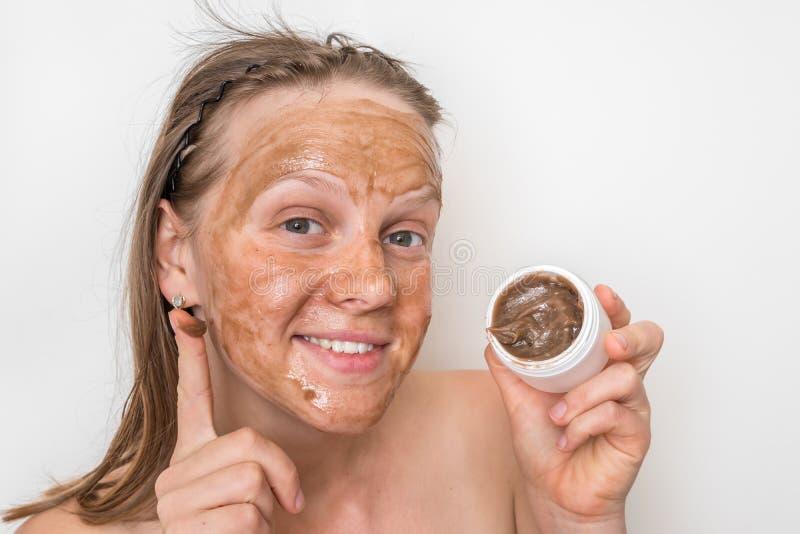 Mulher com m?scara vulc?nica marrom em sua cara fotos de stock royalty free