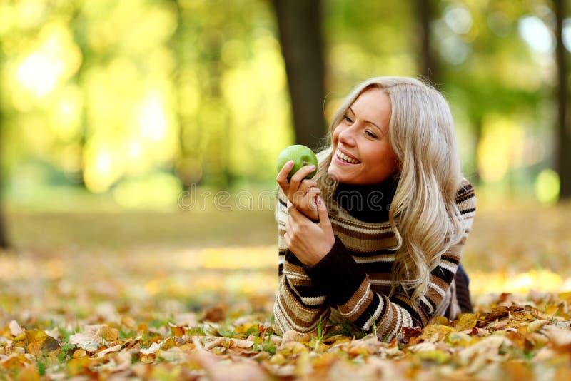 Mulher com maçã verde fotos de stock royalty free