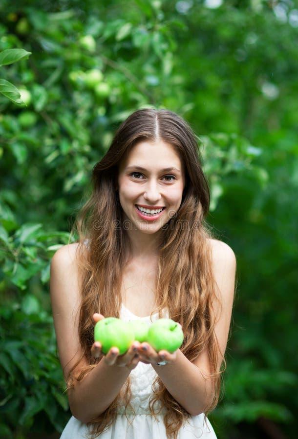 Mulher com maçãs verdes fotos de stock