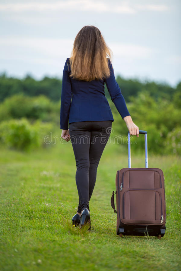 Mulher com mala de viagem foto de stock