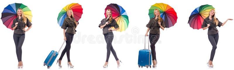A mulher com a mala de viagem e o guarda-chuva isolados no branco fotos de stock
