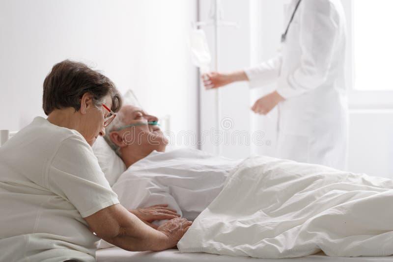 Mulher com marido gravemente doente fotos de stock royalty free