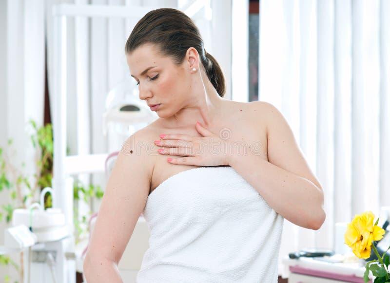 Mulher com melanoma fotografia de stock