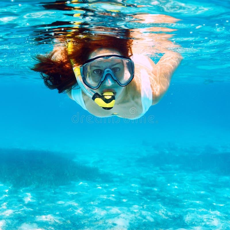 Mulher com mergulhar da máscara fotografia de stock royalty free