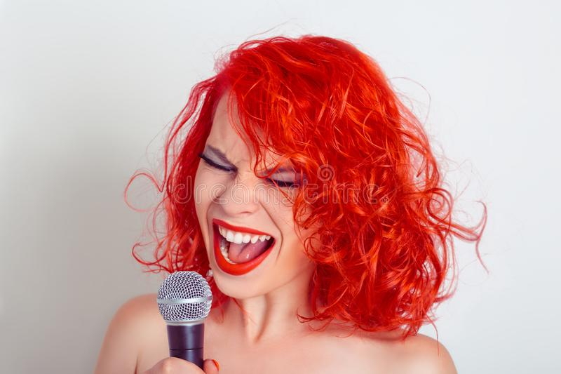 Mulher com microfone Cantor engraçado fêmea que grita no mic foto de stock royalty free