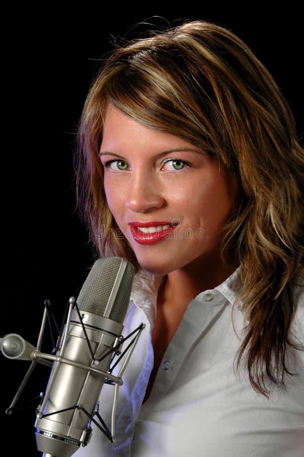 Mulher com microfone do vintage fotografia de stock royalty free