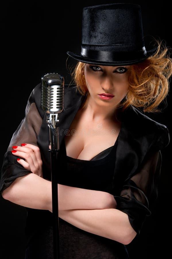 Mulher com microfone retro fotografia de stock royalty free