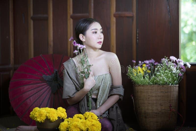 Mulher com molho tailandês tradicional foto de stock royalty free
