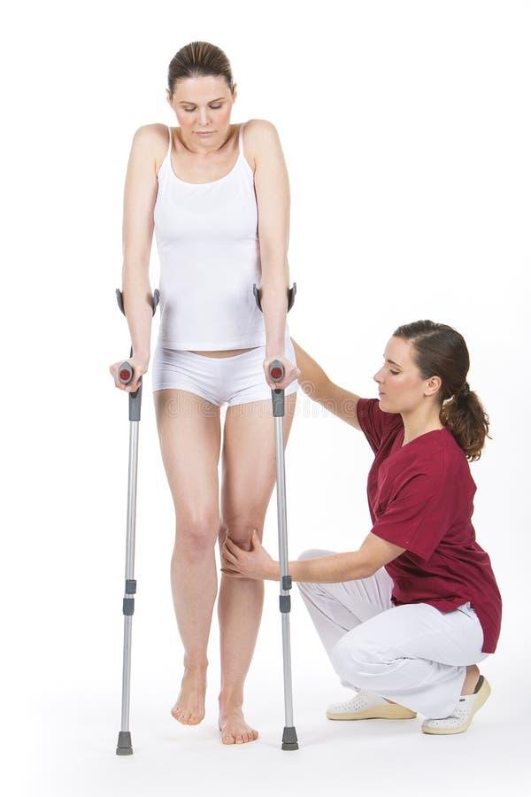 Mulher com muleta foto de stock