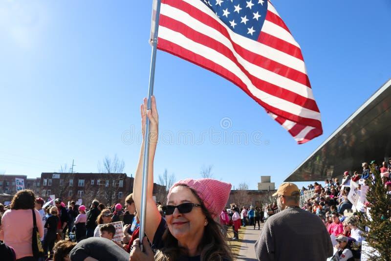 Mulher com a multidão excedente alta cor-de-rosa da bandeira americana da posse do chapéu do bichano no março Tulsa Oklahoma 1-20 fotografia de stock