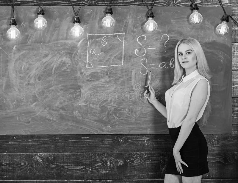 Mulher com nádegas agradáveis que ensina a matemática Conceito do professor E fotos de stock royalty free