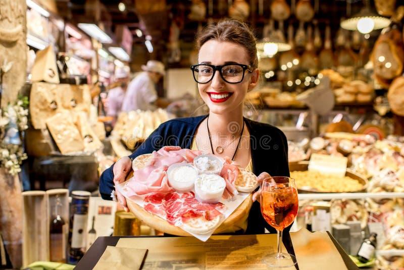 Mulher com o aperitivo italiano tradicional fotografia de stock royalty free