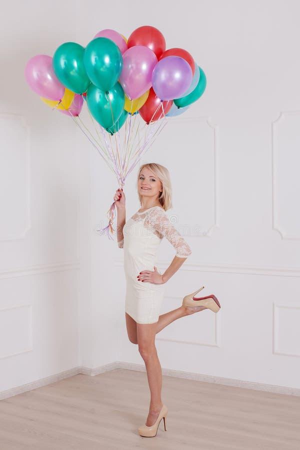 Mulher com o balão em Valentine Day fotos de stock royalty free