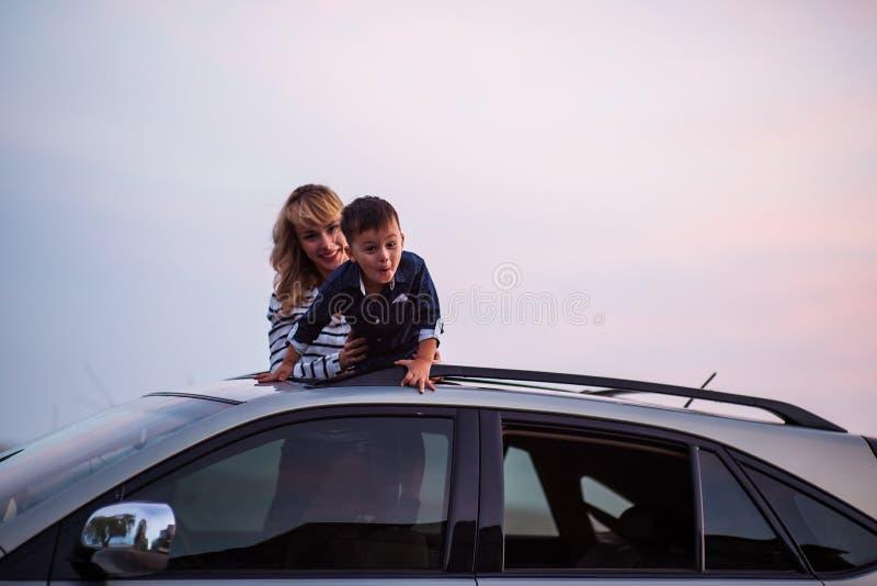 Mulher com o bebê no telhado do carro imagem de stock royalty free
