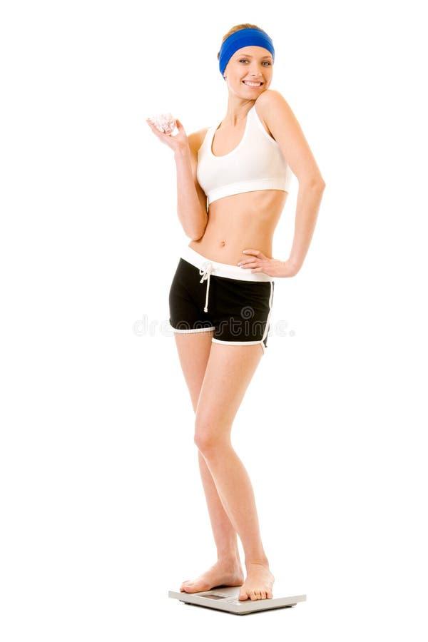 Mulher com o bolo em escalas foto de stock