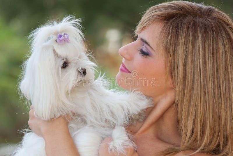 Mulher com o cão pequeno bonito imagem de stock