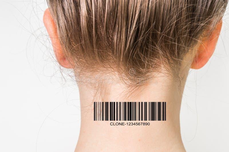 Mulher com o código de barras em seu pescoço - conceito genético do clone imagens de stock