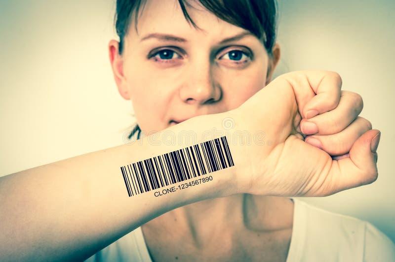 Mulher com o código de barras em sua mão - conceito genético do clone fotos de stock royalty free