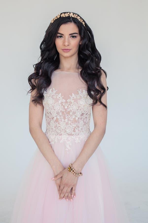 Mulher com o cabelo encaracolado longo que veste o vestido cor-de-rosa imagens de stock