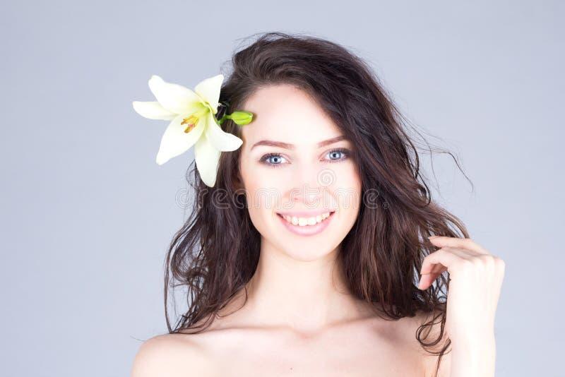 Mulher com o cabelo encaracolado que joga com seu cabelo Humor havaiano foto de stock
