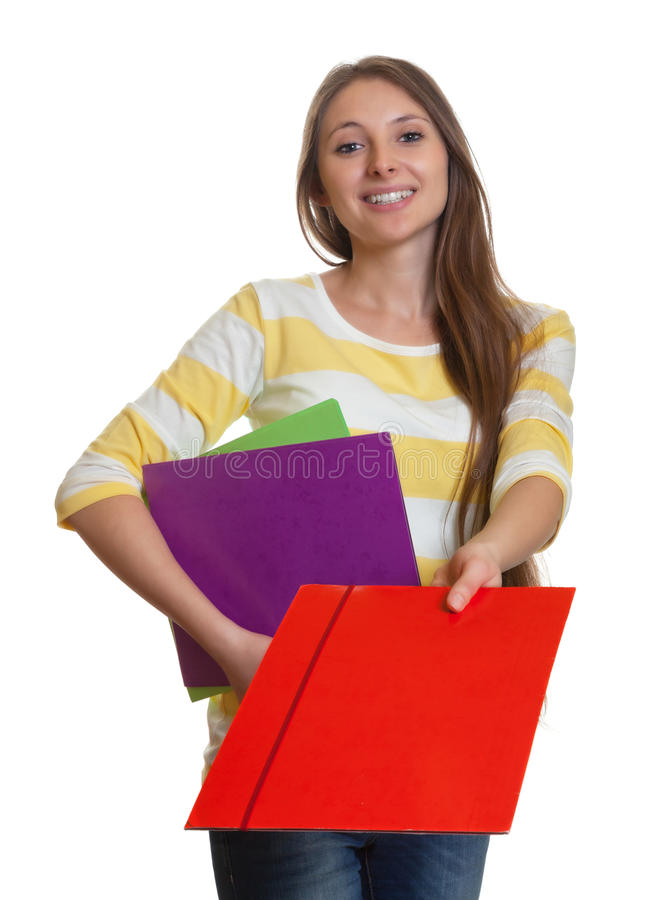 Mulher com o cabelo marrom longo que dá o arquivo vermelho fotos de stock royalty free