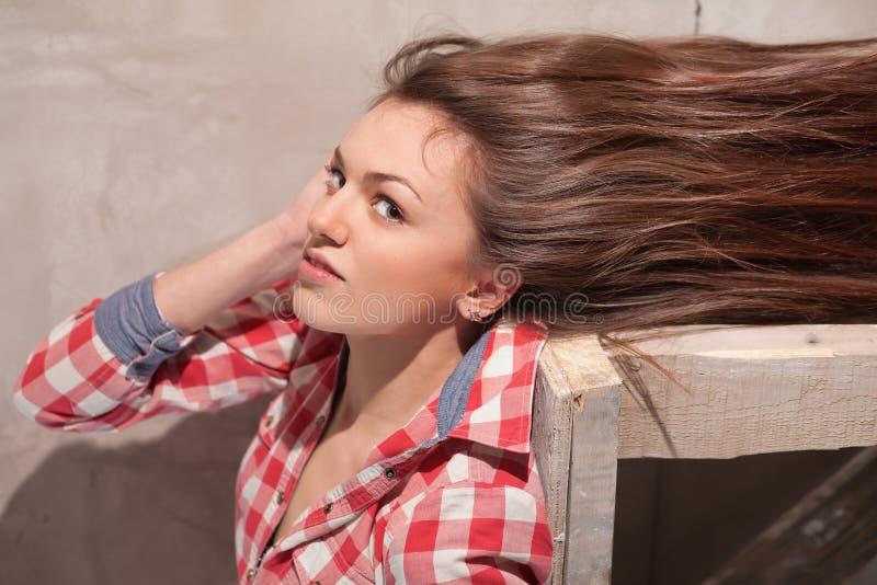 Mulher com o cabelo que flui para fora fotografia de stock royalty free