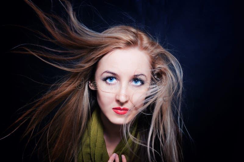 Mulher com o cabelo que vibra no close up do vento imagens de stock