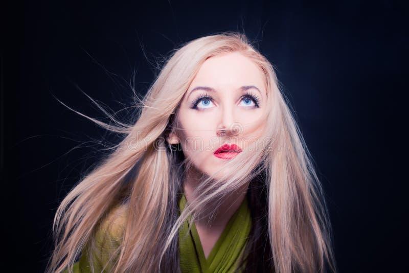 Mulher com o cabelo que vibra no vento imagem de stock