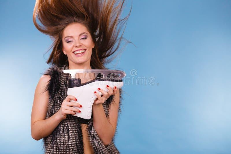 Mulher com o cabelo windblown que guarda o patim de gelo fotos de stock