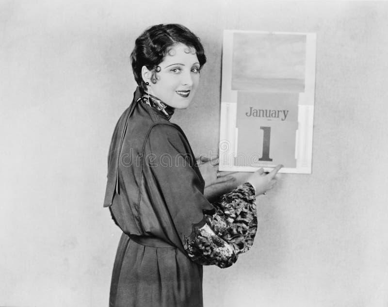 Mulher com o calendário no dia de anos novos (todas as pessoas descritas não são umas vivas mais longo e nenhuma propriedade exis foto de stock royalty free