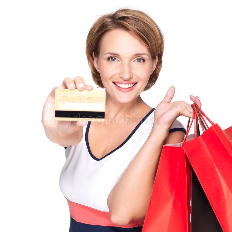 Mulher com o cartão comprar e de crédito fotografia de stock royalty free