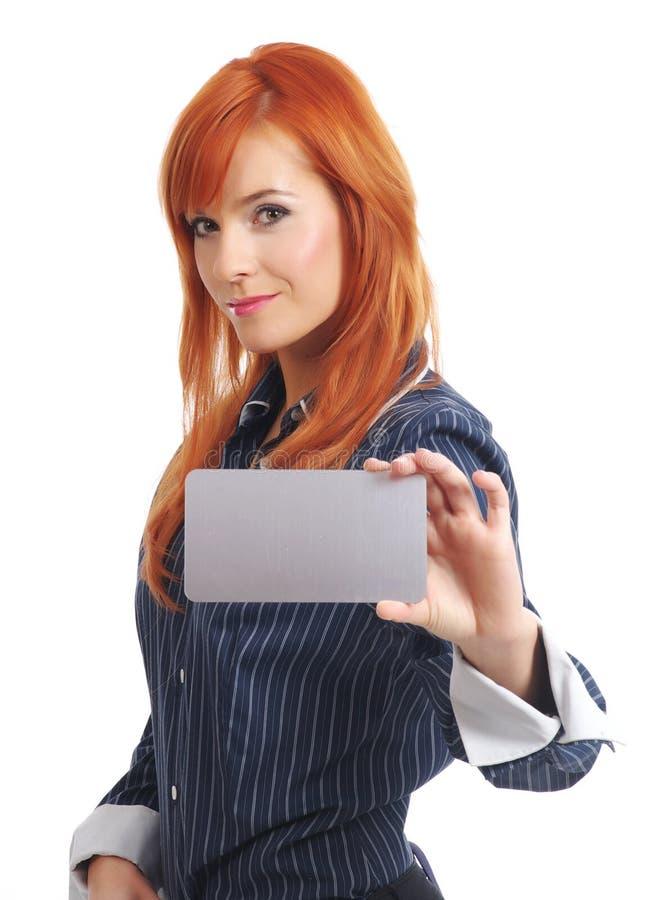 Mulher com o cartão de crédito em branco foto de stock royalty free